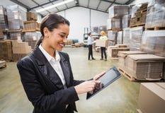 Vrouwelijke manager die digitale tablet gebruiken royalty-vrije stock foto's