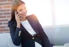 Vrouwelijke Manager die op mobiele telefoon spreken stock afbeelding