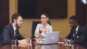 Vrouwelijke manager die team op commerciële vergadering bevinden zich te richten stock videobeelden