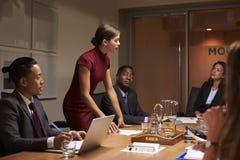 Vrouwelijke manager die team op commerciële vergadering bevinden zich te richten royalty-vrije stock foto
