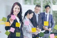 Vrouwelijke manager die zaken, mensen commerciële groep bespreken en ent stock fotografie