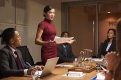 Vrouwelijke manager die zich met documenten op commerciële vergadering bevinden royalty-vrije stock afbeeldingen