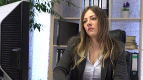 Vrouwelijke manager het drinken koffie op het werk stock footage
