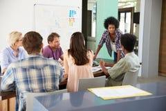 Vrouwelijke Manager Leading Brainstorming Meeting in Bureau Stock Afbeelding
