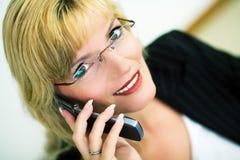 Vrouwelijke manager met cellphone Stock Afbeelding