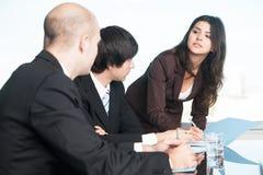 Vrouwelijke manager met haar partners Stock Afbeeldingen