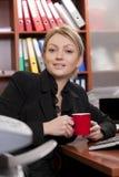 Vrouwelijke manager met koffiekop stock afbeeldingen