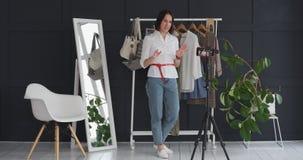 Vrouwelijke manier die vlogger over kleding en handtassen spreken stock video