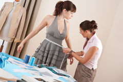Vrouwelijke manierontwerper die model meet Stock Foto