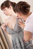 Vrouwelijke manierontwerper met model Royalty-vrije Stock Afbeelding