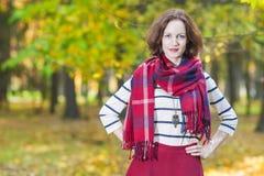 Vrouwelijke Mannequin Posing in Autumn Forest Outdoors Stock Afbeeldingen