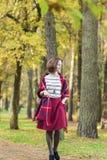 Vrouwelijke Mannequin Walking in Autumn Forest stock afbeelding