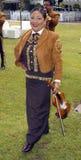 Vrouwelijke mariachi die zijn kleine viool houden stock foto's