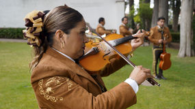 Vrouwelijke mariachi het spelen viool royalty-vrije stock afbeelding