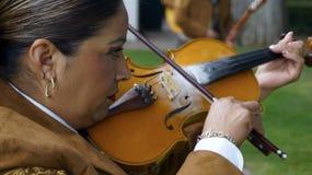 Vrouwelijke mariachi het spelen viool dicht omhoog stock foto's