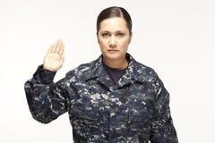 Vrouwelijke marineambtenaar die eed uitvoeren Stock Fotografie