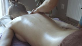 Vrouwelijke massagebehandeling in de salon Het ontspannen 4K stock videobeelden