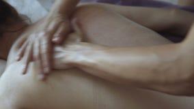 Vrouwelijke massagebehandeling in de salon Het ontspannen 4K stock footage