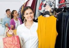Vrouwelijke medewerker die gelukkige klanten dienen royalty-vrije stock afbeelding