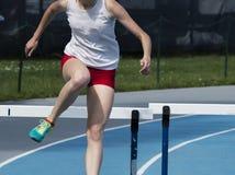 Vrouwelijke 400 meter hurdler stock foto