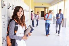 Vrouwelijke Middelbare schoolstudent Standing By Lockers Royalty-vrije Stock Foto