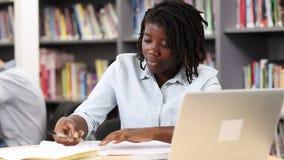 Vrouwelijke Middelbare schoolstudent Working At Laptop stock videobeelden