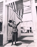 Vrouwelijke militair die Amerikaanse vlag houden royalty-vrije stock afbeeldingen
