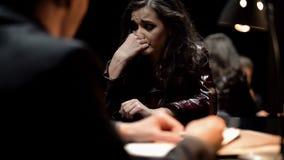 Vrouwelijke misdadiger die, openhartige bekentenis over misdaad geven met spijt schreeuwen die stock afbeelding