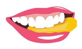 Vrouwelijke mond die spaanders eten Stock Afbeeldingen