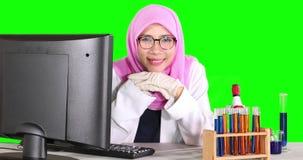 Vrouwelijke moslimwetenschapper die bij camera glimlachen stock video
