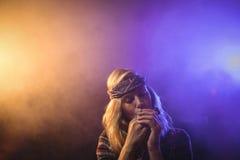 Vrouwelijke musicus het spelen harmonika in nachtclub stock foto's