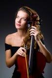 Vrouwelijke muzikale speler tegen donkere achtergrond Stock Foto