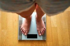 Vrouwelijke naakte voeten met gewichtsschaal stock fotografie