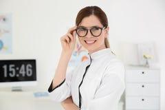 Vrouwelijke oftalmoloog met oogglazen Stock Afbeelding