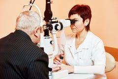 Vrouwelijke oftalmoloog of optometrist op het werk Stock Foto