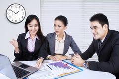 Vrouwelijke ondernemer die businessplan voorleggen Royalty-vrije Stock Foto