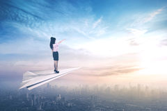 Vrouwelijke ondernemer die op document vliegtuigen vliegen Royalty-vrije Stock Fotografie