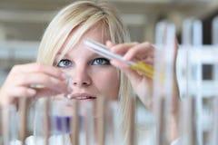 Vrouwelijke onderzoeker in een laboratorium Royalty-vrije Stock Afbeelding