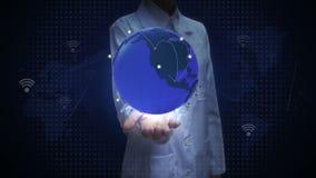 Vrouwelijke onderzoeker, Ingenieurs open palm, Groeiend Mondiaal Net met mededeling, wereldkaart, aarde stock video