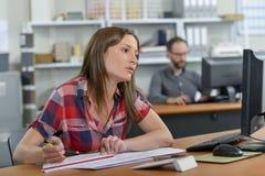 Vrouwelijke ontwerper bij bureau royalty-vrije stock foto