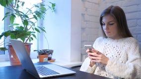 Vrouwelijke Ontwerper Browsing Online op Smartphone, Web royalty-vrije stock afbeeldingen