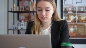 Vrouwelijke ontwerper in bureau die aan architectenproject werken stock footage