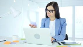 Vrouwelijke ontwerper die aan nieuw plan in bureau werken stock videobeelden