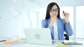 Vrouwelijke ontwerper die en in creatief bureau denken werken stock footage