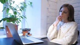 Vrouwelijke Ontwerper Thinking voor het Werk in Bureau stock footage