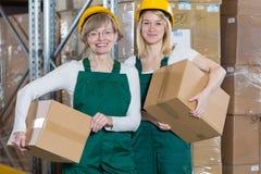 Vrouwelijke opslagarbeiders stock afbeeldingen