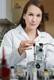Vrouwelijke opticien in workshop Royalty-vrije Stock Afbeelding