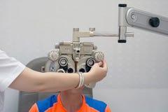 Vrouwelijke Optometrist Doing Sight Testing voor Mannelijke Patiënt in Kliniek royalty-vrije stock foto