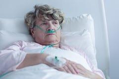 Vrouwelijke oudste met neuscannula Stock Foto's