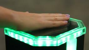 Vrouwelijke palm op innovatief identificatiemateriaal, biometrieauthentificatie stock videobeelden